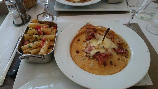 La Tronche, France : escalope de veau fromage et jambon sauce crème fraiche et champignon