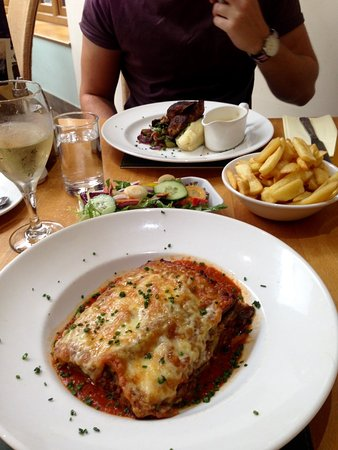 The Speech House Hotel: Spicy chcken and chips & lasagne and salad...yum!