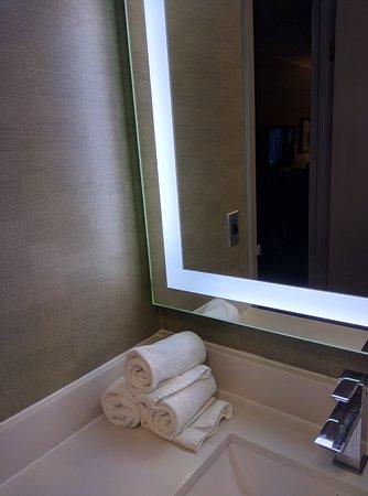 Holiday Inn Express Barrie: IMG_20161008_224609_large.jpg