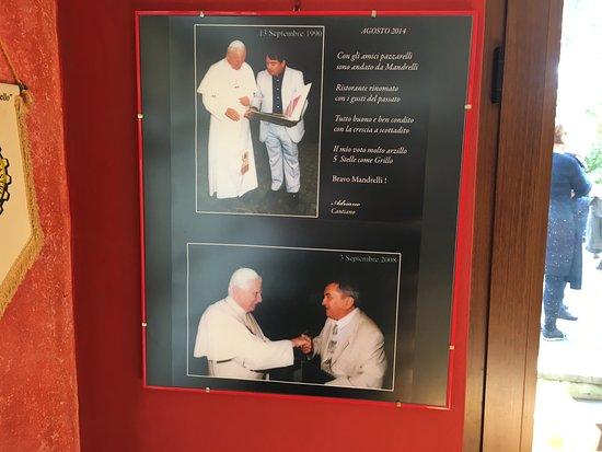 Ristorante Mandrelli: Ze zijn erg trots op het pauselijke bezoek dat ze hebben gehad.