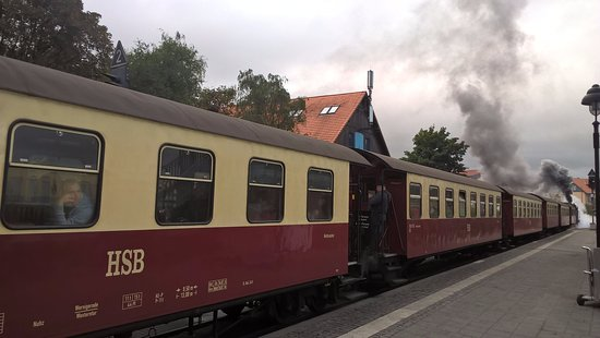 Harzer Schmalspurbahnen: Zug verlässt den Bahnhof Wernigerode