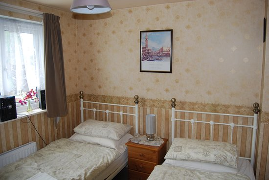 Bilston, UK: Twin Bed Room
