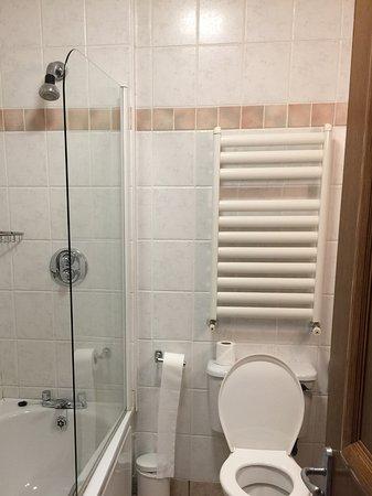 Silver Tassie Hotel & Spa: Our bathroom