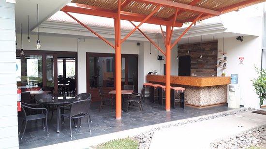 Santa Ana, Costa Rica: Los Candiles bar and dining room.
