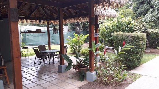 Santa Ana, Costa Rica: Los Candiles oudoor rest area.