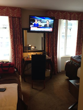 Comfort Inn Downtown: Our room was very cool the beds were across from each other with the desk and tv in the middle.
