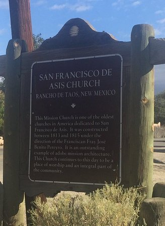 Ranchos De Taos, นิวเม็กซิโก: The sign post for St. Francis of Asis in Taos, NM.