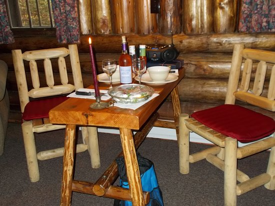 Lisbon, Nueva Hampshire: This was the rustic table and chairs in the cabin.