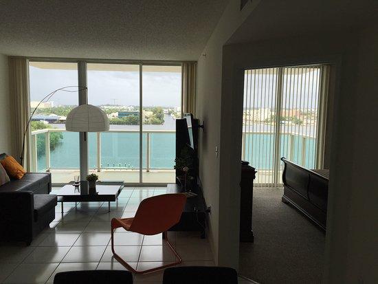 Sunny Isles Beach, فلوريدا: Vista desde el comedor al estar y el dormitorio ppal.