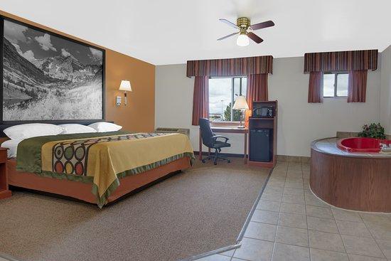 Super 8 Alamosa: 1 King Jacuzzi Suite