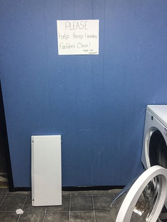 Pleasant Bay, Canadá: Laundry Room - - Washer is falling apart.