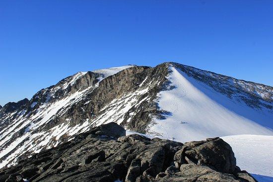 Lom, Norge: Her kan man skimte hytta på toppen. En bratt og hard tur! Fantastisk utsikt :)