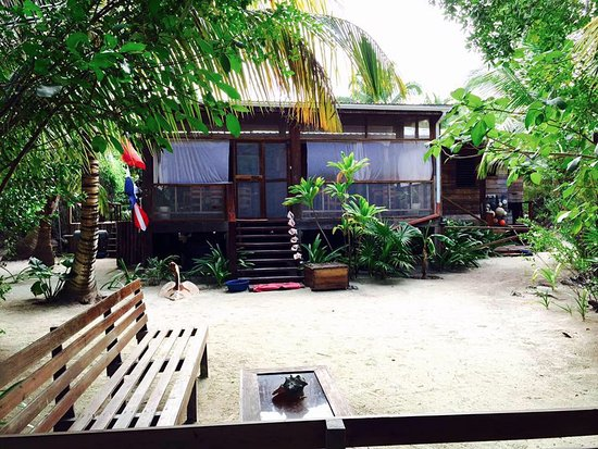 Long Caye, Belize: The front entrance of Huracan Diving Lodge with sitting area