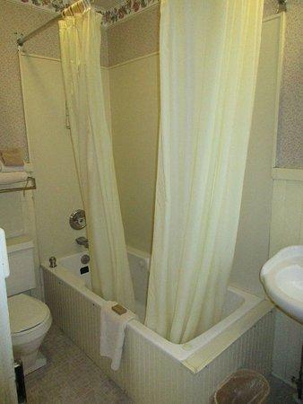 The Village Inn Bed and Breakfast: Bathroom