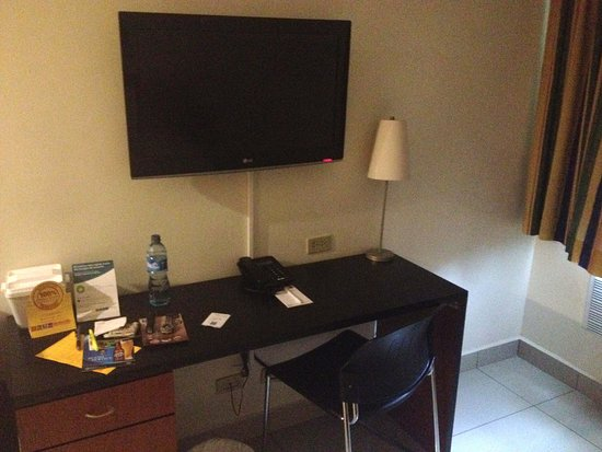 Comfort Inn Real San Miguel: desk with chair, TV, and lamp