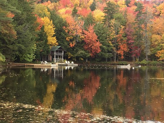 Eagle Bay, État de New York : Rain or shine, sun or snow, The Waldheim is like no other place in the Adirondacks.