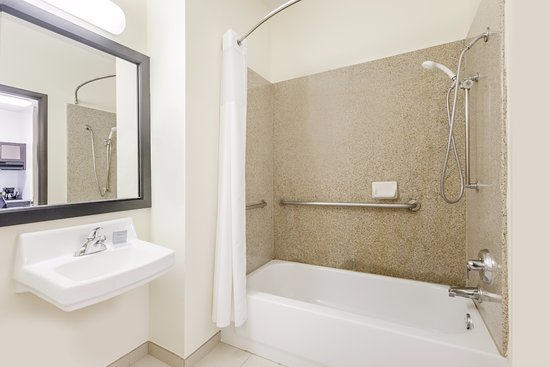 Hawthorn Suites by Wyndham Irving DFW South: Bathroom Accessible Suite