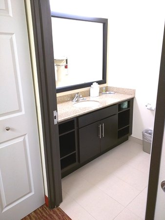 Hawthorn Suites by Wyndham Irving DFW South: Guest Suite Bathroom