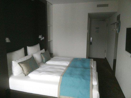 Doppelzimmer mit Boxspringbett und Balkon - Bild von Motel One ...