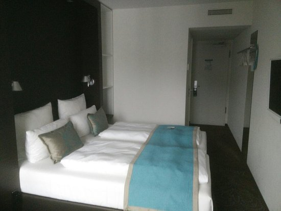 Doppelzimmer mit Boxspringbett und Balkon - Picture of Motel One ...