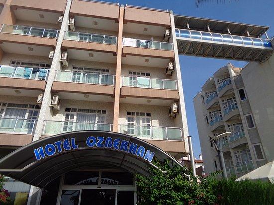 Hotel Ozbekhan: Entrada pela avenida da praia