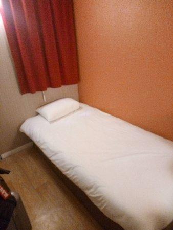 Premiere Classe Toulouse Ouest - Blagnac Aeroport: Un seul lit minuscule