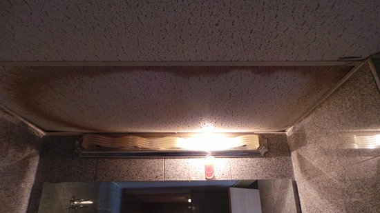 Ashburn Inn: bathroom ceiling caving in from water damage