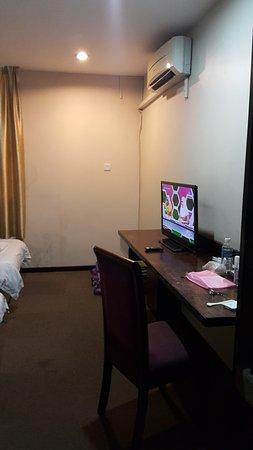 Keningau, Malaisie : Aircond, TV and dressing table