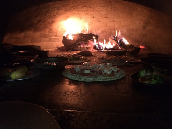 Marble Falls, TX: Great Chefs work these style of ovens hats off to the oven boys!!