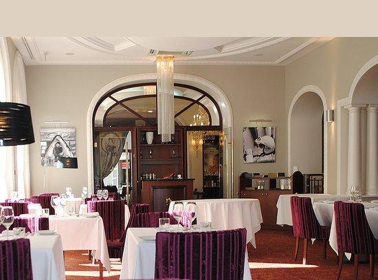 Royat, France: Le Restaurant La Flèche D'Argent revisite une cuisine traditionnelle.