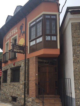 Molinaseca, Spain: This is the front of the hotels the access to the hotel