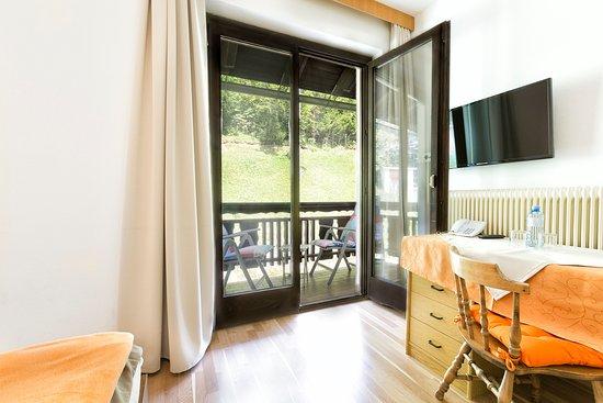Unterbergen, Österrike: Zimmer mit Balkon und Gartenblick