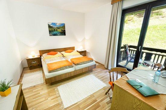 Unterbergen, Österrike: Doppelbettzimmer mit Balkon und Gartenblick