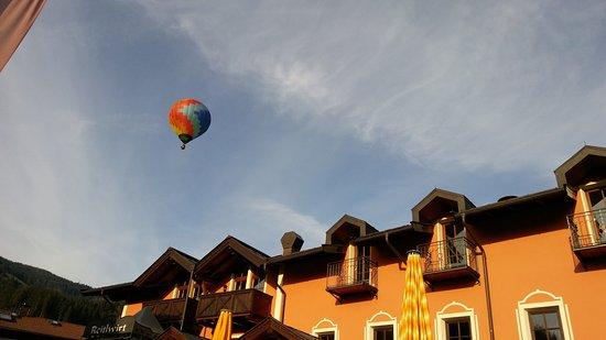 Brixen im Thale, Austria: Ballonfahrer über dem Hotel
