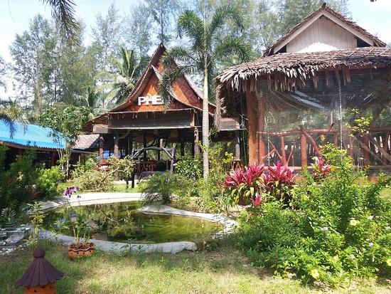 Phen's Restaurant: Nice garden setting