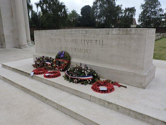 Arras, Frankrijk: Des fleurs et couronne en hommage aux soldats