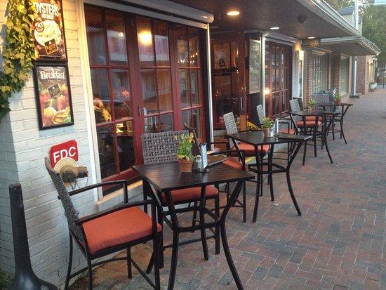 The Blackthorn Irish Pub: Nice outdoor cafe arrangement to watch the activity.