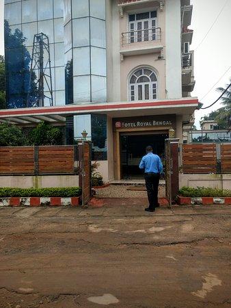 Hotel Royal Bengal Santiniketan: From outside