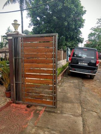 Hotel Royal Bengal Santiniketan: Side view ( Entrance )
