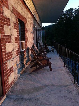 Skyline Village Inn: Sunrise from the third floor balcony.