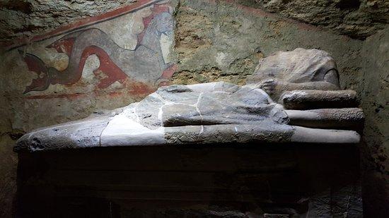 Sarteano, Italia: ippocampo e sarcofago di alabastro