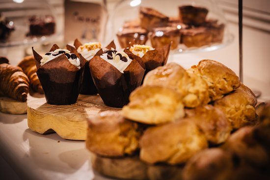 Roscommon, Irland: Just some of the sweet treats baked daily at Gleesons