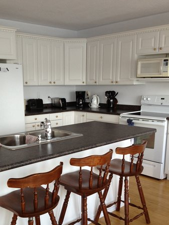 Iroquois Falls, Canada: Fully equipped kitchen. 2 dinning room tables. One on each level