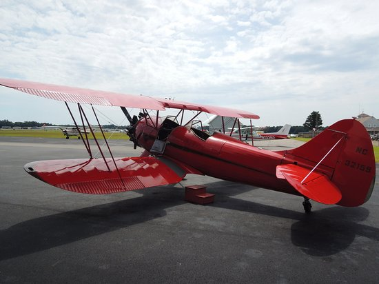 Manteo, Carolina del Norte: WACO Bi-Plane Passengers Sit in Front