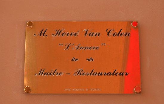 L'annexe : Placa con nombre del Maitre.