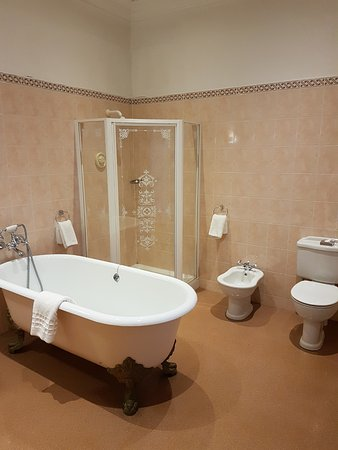 Clayton le Moors, UK: One of the two honeymoon suite's en-suite.