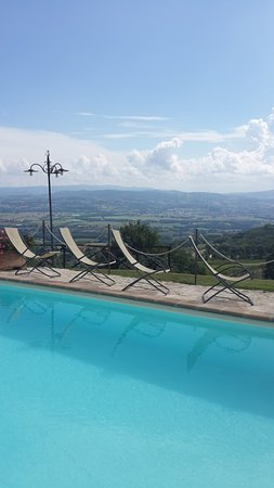 Fratta Todina, Italia: View taken from the pool overlooking the Umbrian countryside