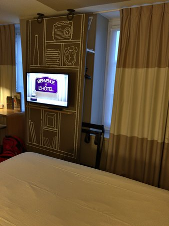 Ibis Paris Avenue de la Republique: View from the corner of the bed - extra pillow hides behind the TV