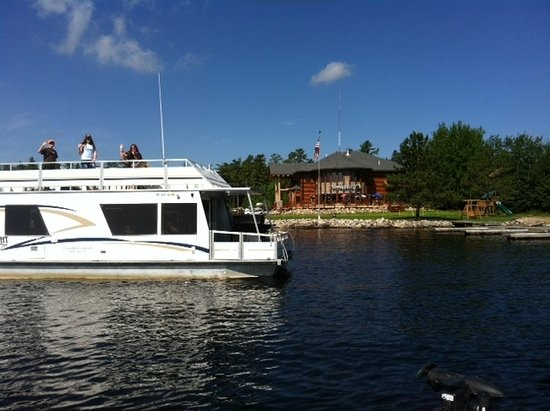 Crane Lake, MN: Houseboaters leaving for their journey