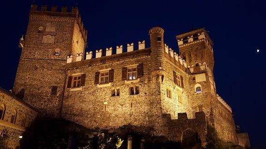 Pavone Canavese, Italia: In notturna
